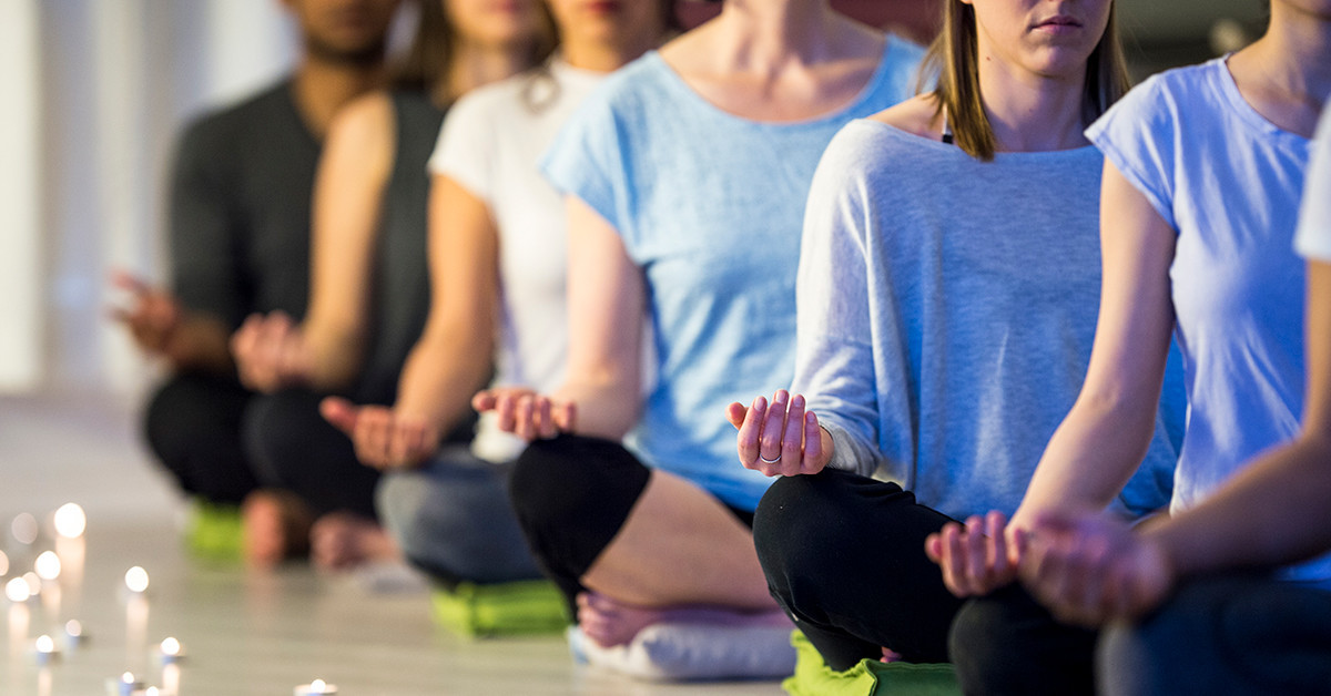 Here's How Meditation Classes Differ from At-Home Practice
